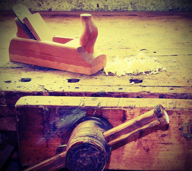 Vice et plat sur le banc de travail avec l'effet de vintage image stock