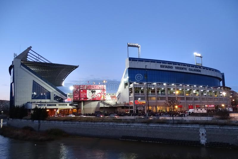 Vicente Calderon Stadium en la oscuridad, Madrid, España imagen de archivo libre de regalías