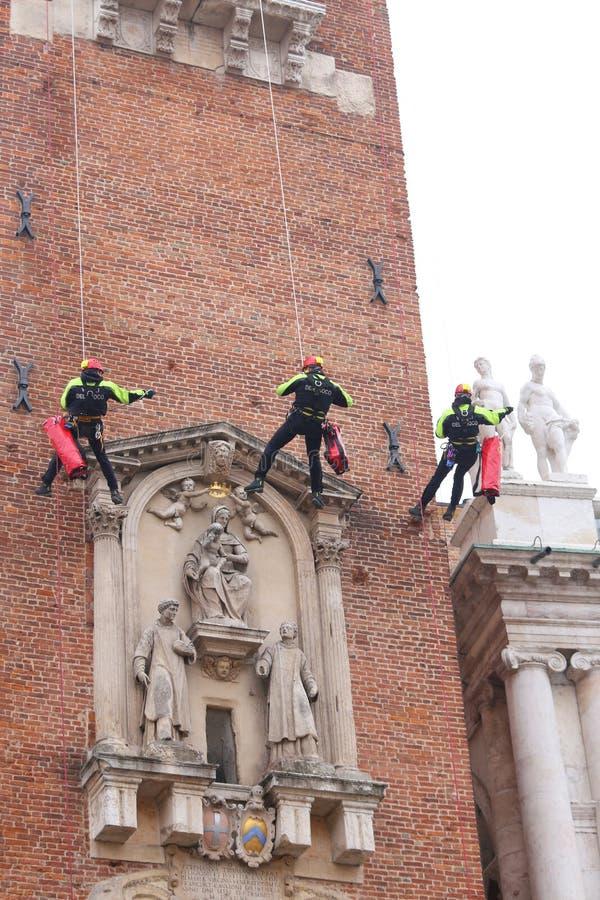 Vicenza, Itália - 4 de dezembro de 2015: cl corajoso de três sapadores-bombeiros fotos de stock