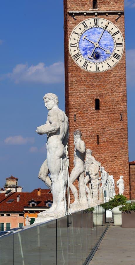 Vicenza, Italien Alte weiße Steinstatuen von Leuten über dem B stockbild