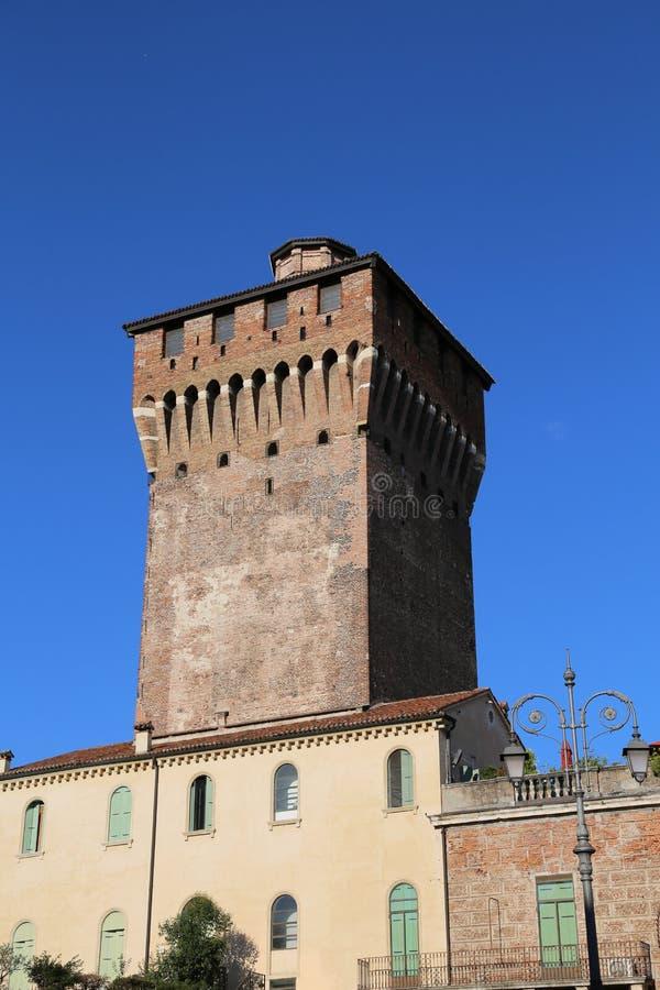 Vicenza medeltida torn för röd tegelsten royaltyfri bild