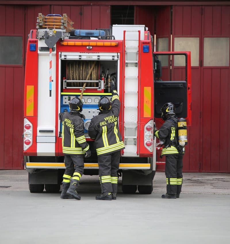 Vicenza, VI, Itália - 10 de maio de 2018: carro de bombeiros vermelho e três tal fotos de stock royalty free