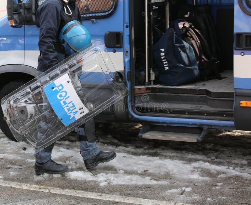 Vicenza VI, Italien - Januari 28, 2017: Den italienska polisen ställer till upplopp truppen arkivfoto