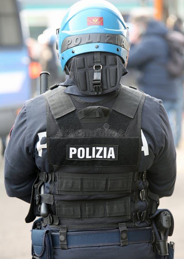 Vicenza VI, Italien - Januari 28, 2017: Den italienska polisen ställer till upplopp truppen royaltyfri foto