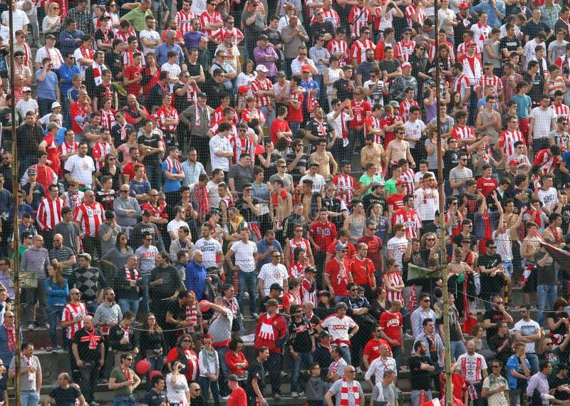 VICENZA, VI, WŁOCHY - Kwiecień 06 wachluje podczas meczu futbolowego w zdjęcie royalty free