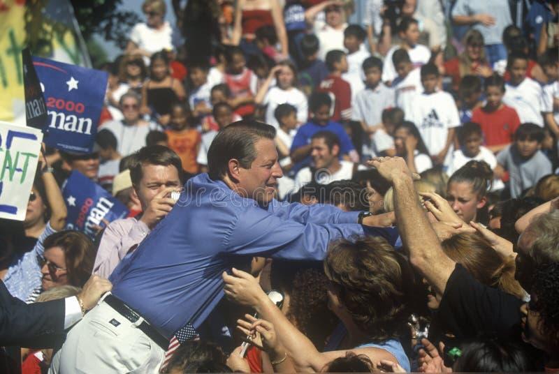 Vicepresidentet Al Gore delta i en kampanj för den demokratiska presidentnomineringen på Lakewood parkerar i Sunnyvale, Kaliforni royaltyfri fotografi