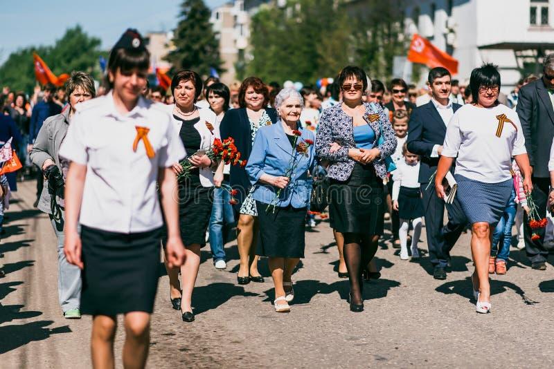 VICHUGA,俄罗斯- 2016年5月9日:二战的退伍军人在胜利天游行的在俄罗斯 不朽的人物的3月 库存图片