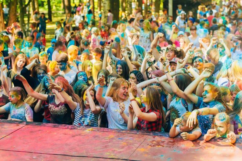 VICHUGA, РОССИЯ - 17-ОЕ ИЮНЯ 2018: Толпа счастливых людей на торжестве фестиваля цветов Holi стоковое изображение
