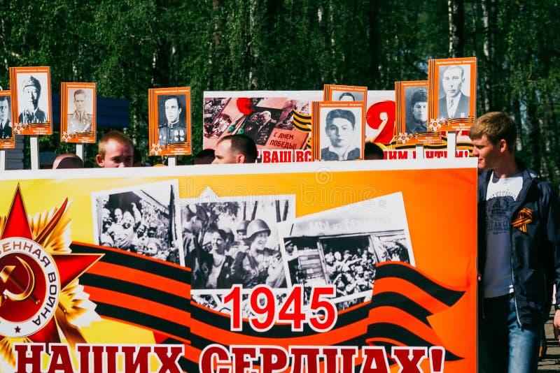 VICHUGA ROSJA, MAJ, - 9, 2016: Nieśmiertelny pułk - ludzie z portretami ich krewni, uczestnicy w Drugi obraz royalty free