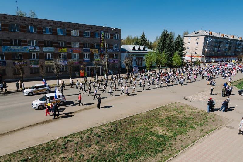 VICHUGA ROSJA, MAJ, - 9, 2015: Nieśmiertelny pułk - ludzie z portretami ich krewni, uczestnicy w Drugi zdjęcie stock