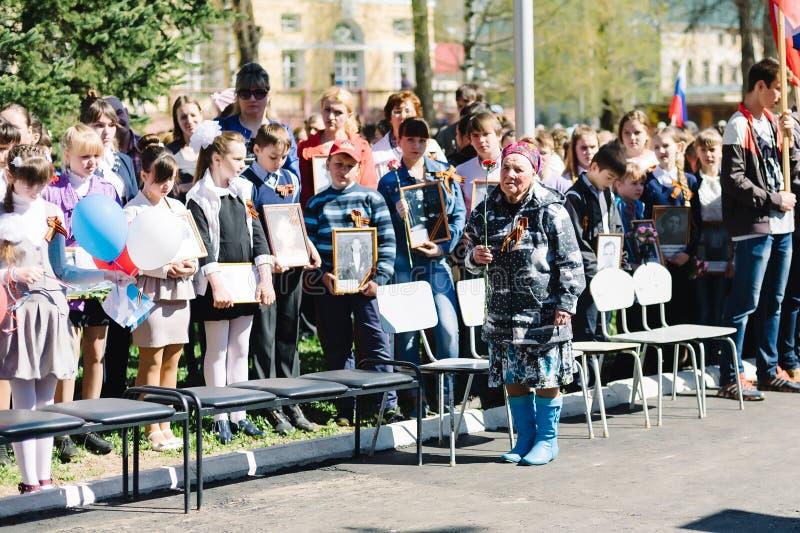 VICHUGA ROSJA, MAJ, - 9, 2015: Nieśmiertelny pułk - ludzie z portretami ich krewni, uczestnicy w Drugi obraz royalty free