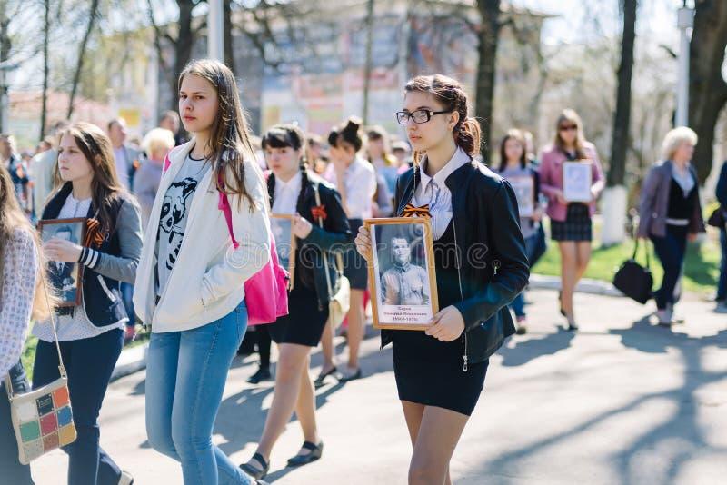 VICHUGA ROSJA, MAJ, - 9, 2015: Nieśmiertelny pułk - ludzie z portretami ich krewni, uczestnicy w Drugi fotografia royalty free