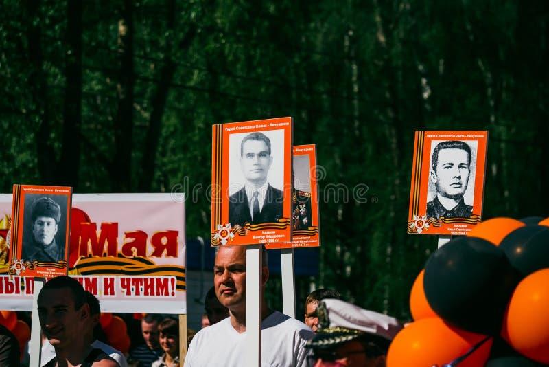 VICHUGA ROSJA, MAJ, - 9, 2016: Nieśmiertelny pułk - ludzie z portretami ich krewni, uczestnicy w Drugi zdjęcie stock