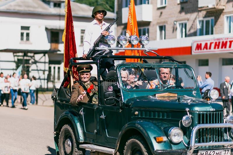 VICHUGA ROSJA, MAJ, - 9, 2016: Weterani na samochodzie na marszu nieśmiertelny pułk i parada na Maju 9 na zwycięstwie obrazy stock