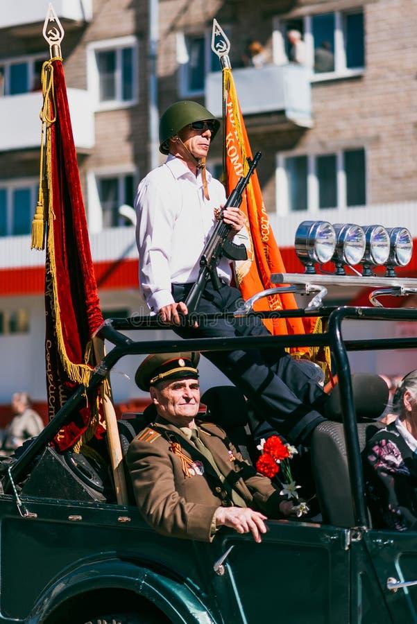 VICHUGA ROSJA, MAJ, - 9, 2016: Weterani na samochodzie na marszu nieśmiertelny pułk i parada na Maju 9 na zwycięstwie fotografia royalty free
