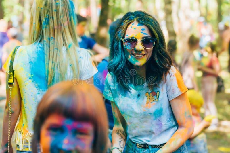 VICHUGA, RUSIA - 17 DE JUNIO DE 2018: Festival de los colores Holi Retrato de una muchacha feliz con una cara en pintura fotografía de archivo