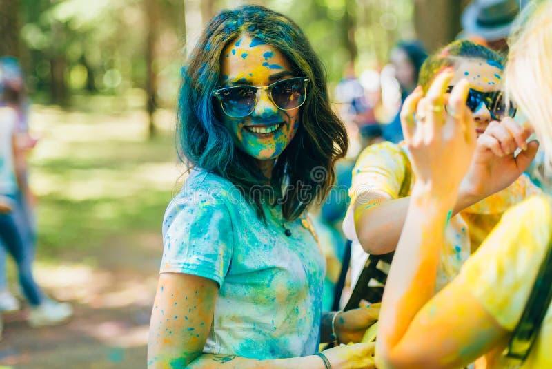 VICHUGA, RUSSIA - 17 GIUGNO 2018: Festival dei colori Holi Ritratto di giovane ragazza felice fotografia stock