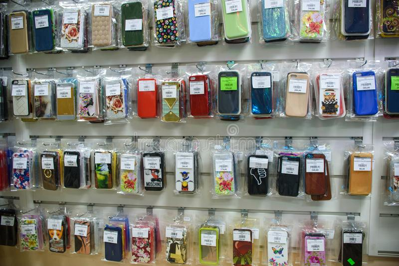 VICHUGA, RUSSIE - 21 AVRIL 2018 : Cas de téléphone portable dans un magasin de détail image libre de droits