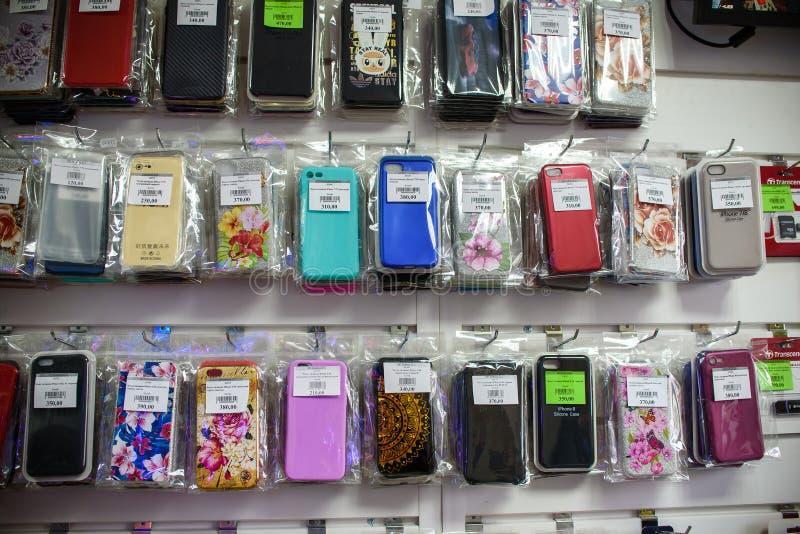 VICHUGA, RUSSIE - 21 AVRIL 2018 : Cas de téléphone portable dans un magasin de détail images libres de droits