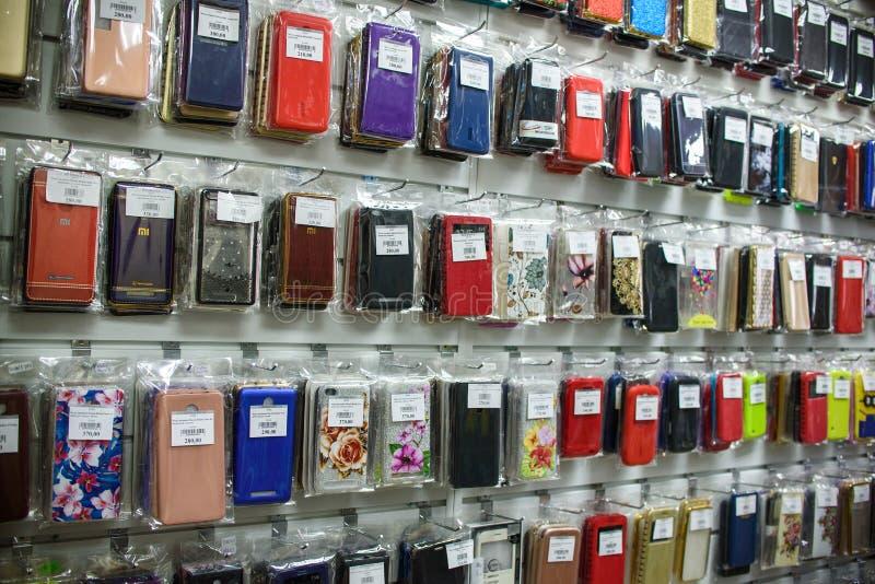 VICHUGA, RUSSIE - 21 AVRIL 2018 : Cas de téléphone portable dans un magasin de détail photographie stock