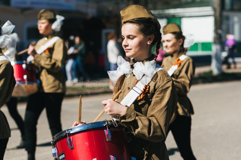 VICHUGA, RUSSIE - 9 MAI 2018 : Filles dans l'uniforme avec des tambours sur le cortège du régiment immortel au défilé de victoire photo stock