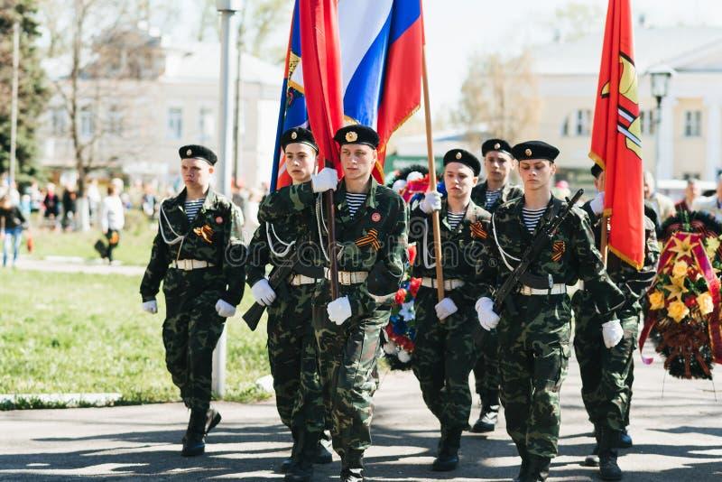 VICHUGA, RUSSIE - 9 MAI 2018 : Jeunes hommes dans l'uniforme au d?fil? de victoire dans la deuxi?me guerre mondiale avec des drap images libres de droits