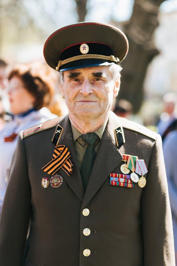 VICHUGA, RUSSIE - 9 MAI 2018 : Portrait d'un vétéran dans l'uniforme avec des ordres au défilé de victoire en l'honneur du jour d photo libre de droits