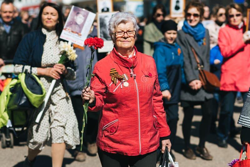 VICHUGA, RUSSIE - 9 MAI 2018 : Portrait d'une femme heureuse au défilé de victoire en l'honneur de la victoire dans la deuxième g photographie stock