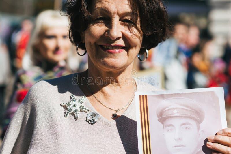 VICHUGA, RUSSIE - 9 MAI 2018 : Portrait d'une femme heureuse au d?fil? de victoire en l'honneur de la victoire dans la deuxi?me g images libres de droits