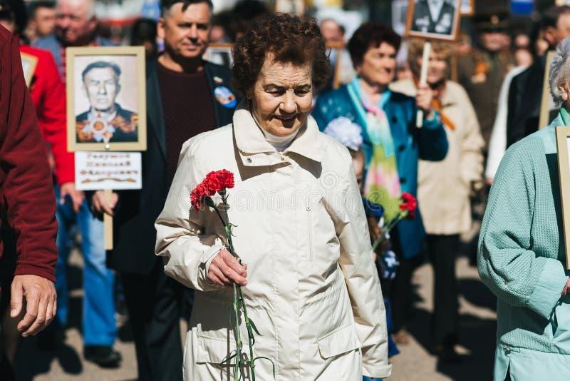 VICHUGA, RUSSIE - 9 MAI 2018 : Portrait d'une femme heureuse au d?fil? de victoire en l'honneur de la victoire dans la deuxi?me g photographie stock