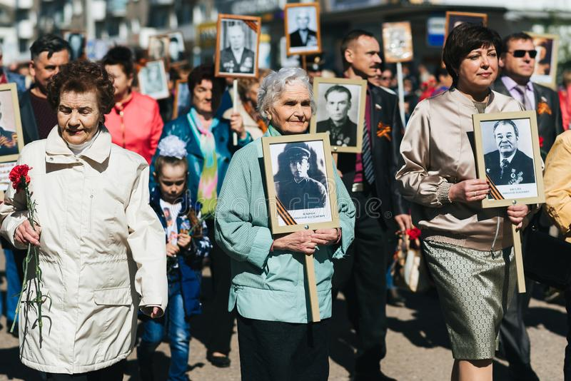 VICHUGA, RUSSIE - 9 MAI 2018 : R?giment immortel - les gens avec des portraits de leurs parents, participants pendant la seconde photos stock