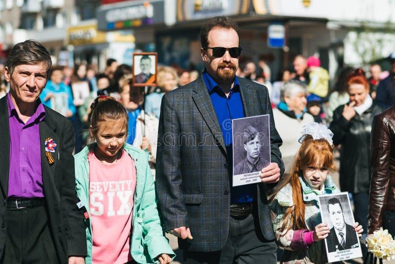 VICHUGA, RUSSIE - 9 MAI 2018 : R?giment immortel - les gens avec des portraits de leurs parents, participants pendant la seconde photo libre de droits
