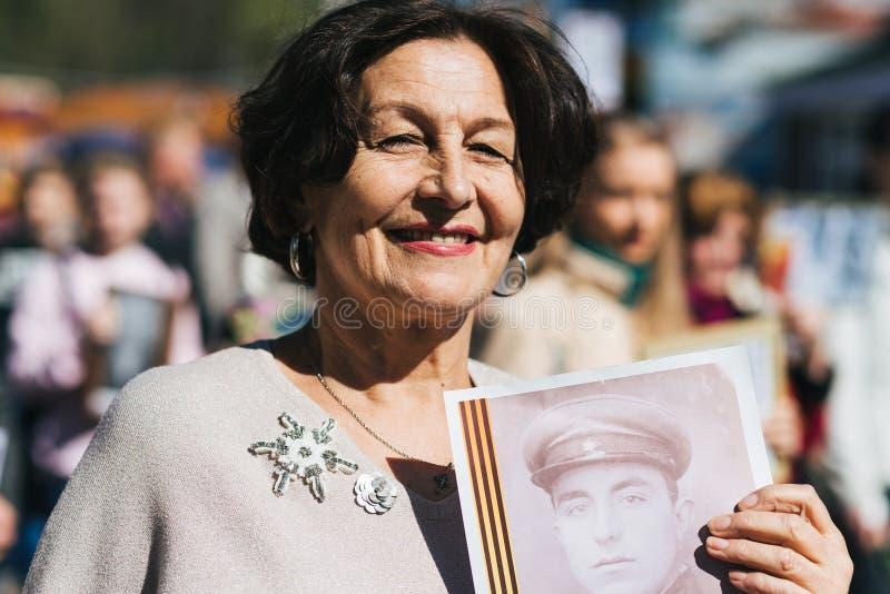 VICHUGA RYSSLAND - MAJ 9, 2018: Ståenden av en lycklig kvinna på segern ståtar i heder av segern i världskrig II arkivfoton