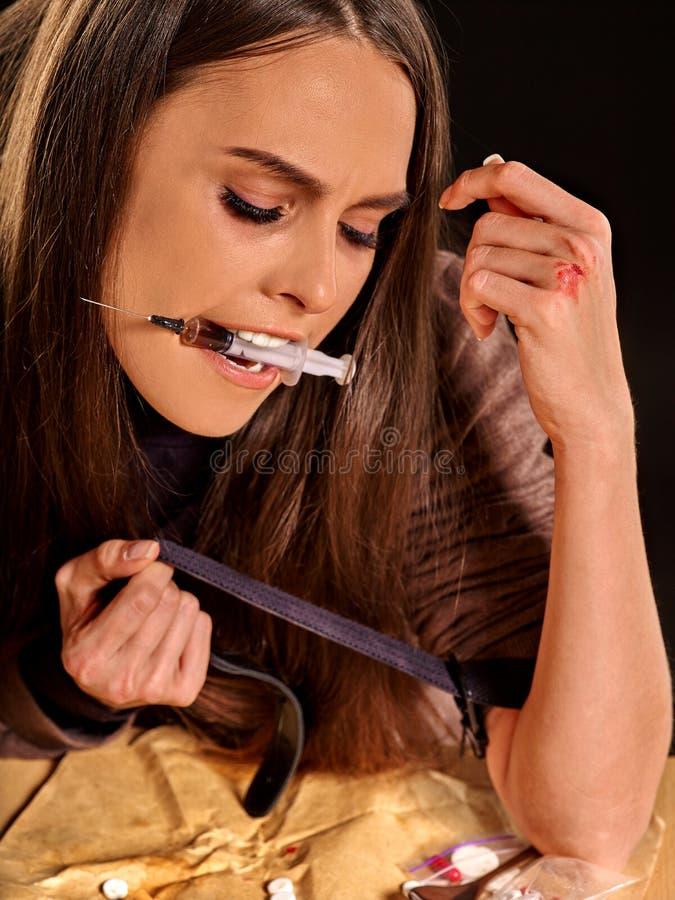 Viciado em drogas fêmea com seringa fotos de stock