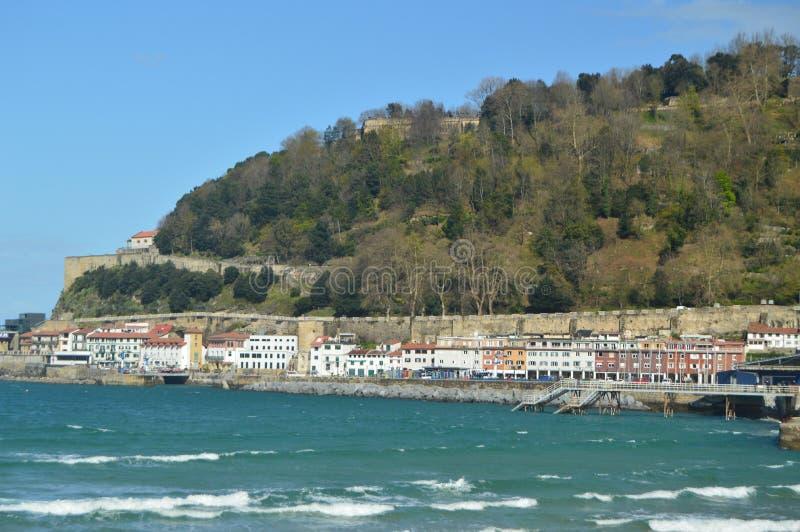 Vicinanza pittoresca del porto in San Sebastian With Its Colorful Buildings Natura di viaggio di architettura fotografie stock libere da diritti