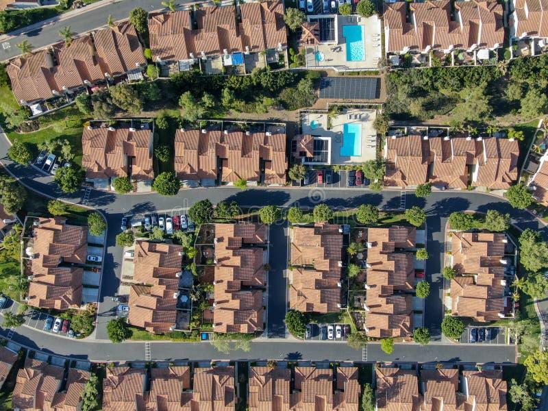 Vicinanza suburbana di vista aerea con le ville identiche accanto a ogni altro nella valle San Diego, California, immagine stock libera da diritti