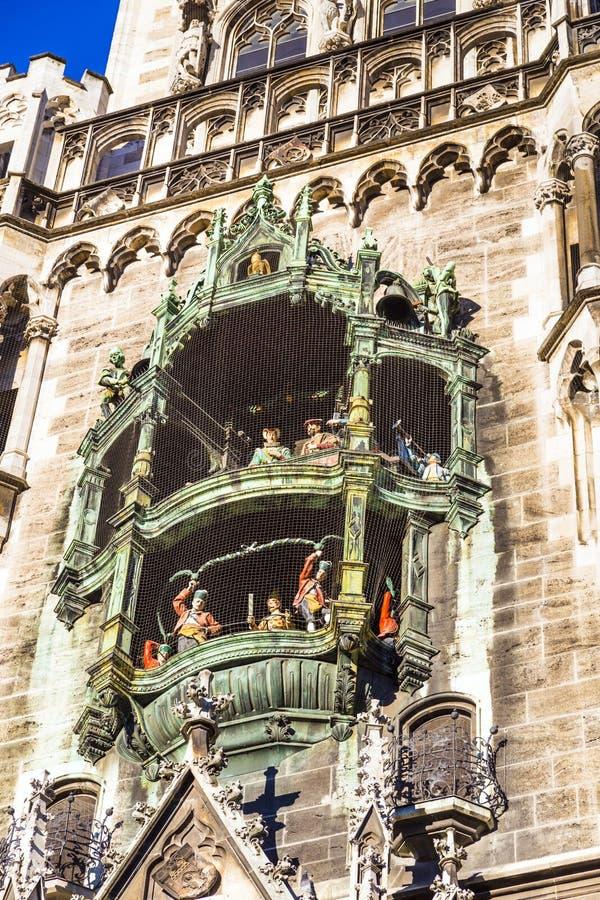 Vicino ai grandi vecchi carillon del municipio a Monaco di Baviera immagine stock libera da diritti