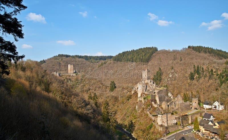 Vicino alla città Manderscheid Germania di Eifel sono le rovine di due castelli immagini stock libere da diritti