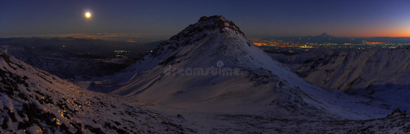 Vicino alla montagna Aragats Armenia Autunno in Armenia La notte immagine stock libera da diritti
