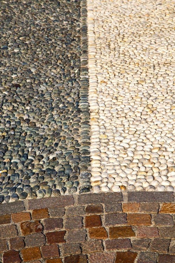 Vicino alla pavimentazione della Lombardia Italia della via del mozzate di una chiesa e di un mA fotografie stock libere da diritti