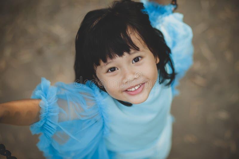 Vicino faccia fronte all'emozione sorridente a trentadue denti di felicit? del fronte dei bambini asiatici della ragazza che guar fotografie stock libere da diritti