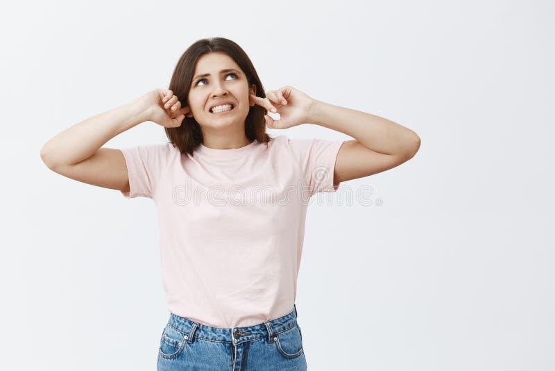 Vicino stupido da di sopra Ritratto dei denti di serraggio castana femminili attraenti su infastiditi orinati ed alimentati e immagini stock