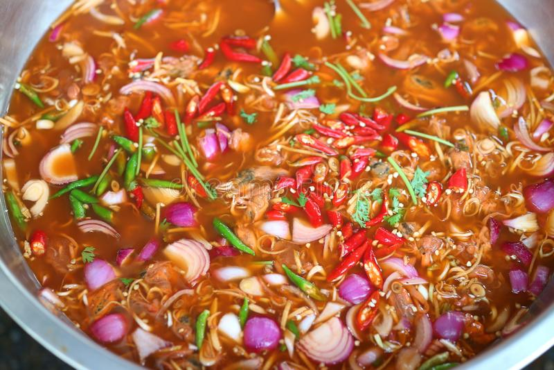 Vicino su, cozze marinate, citronella, scalogno, zenzero, foglie della calce del kaffir, cipolla di inverno, alimento tailandese  immagine stock