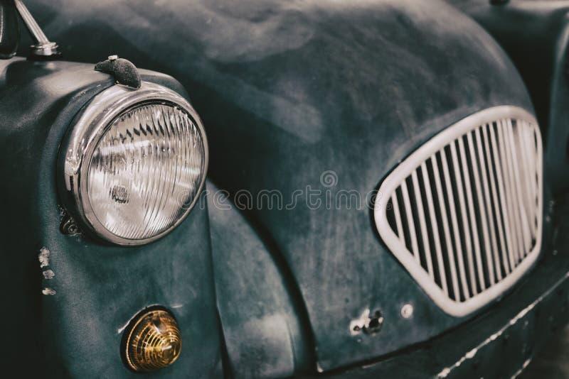vicino su dell'automobile classica d'annata del faro fotografia stock libera da diritti