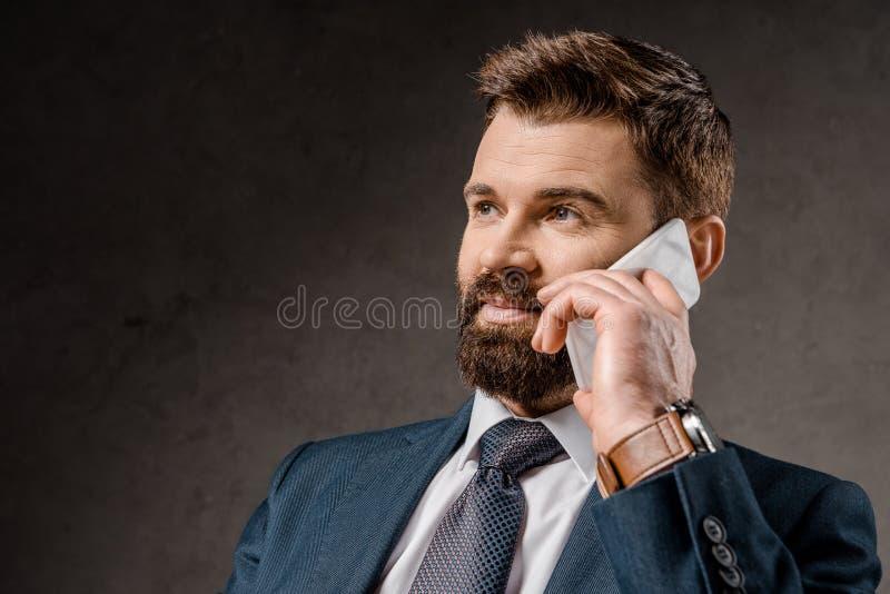 vicino su di conversazione barbuta dell'uomo d'affari immagine stock