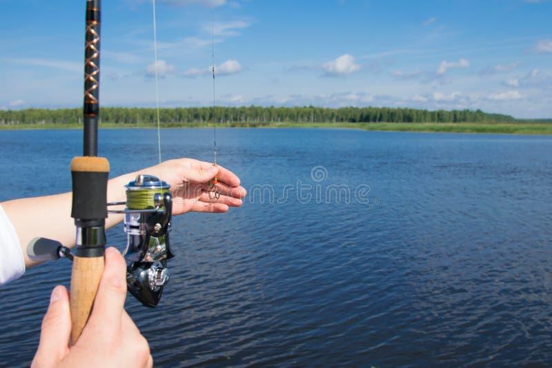 Vicino - su di esca e di filatura sui precedenti di acqua blu, c'è un posto per l'iscrizione fotografie stock
