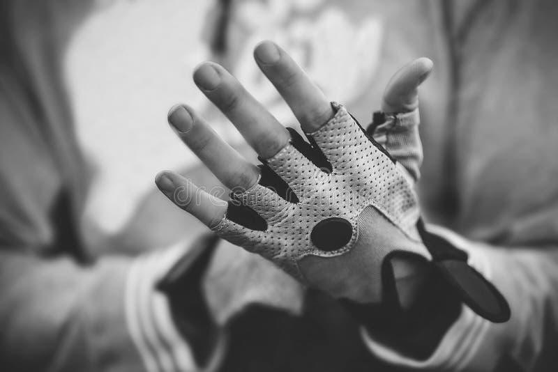 Vicino su, il tipo di sport mette i guanti sulle sue mani prima della preparazione fotografia stock libera da diritti