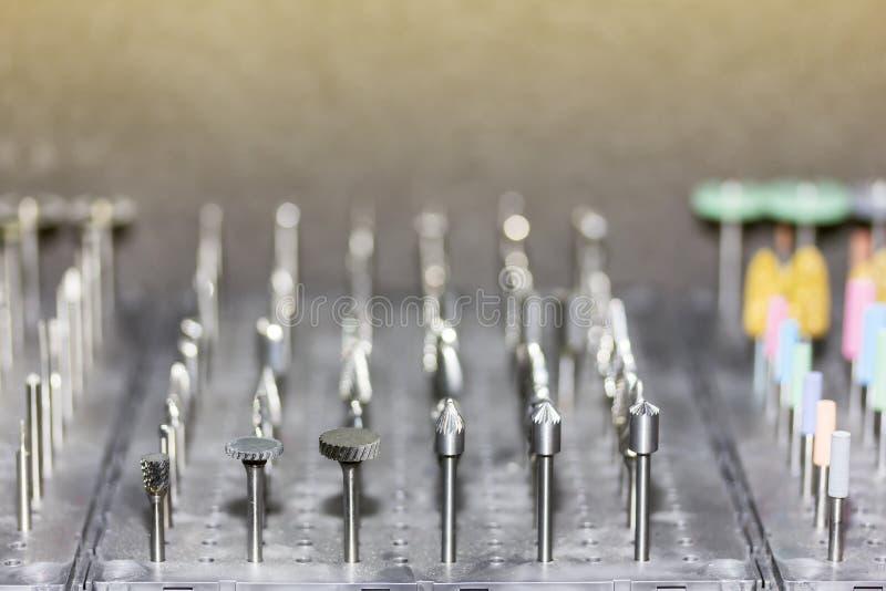 Vicino sui molti genere e forma di piccola mola di alta qualità o di strumento per il taglio di metalli e di lucidatura per l'ind immagine stock