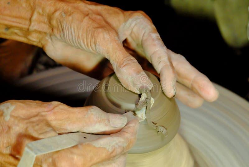 Vicino sulle mani di un uomo anziano che fanno le terraglie immagini stock libere da diritti