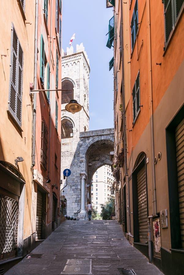 Vico-delle Carabaghe-Straße, die zu eins von Genua-Toren - Porta Soprana führt lizenzfreie stockbilder